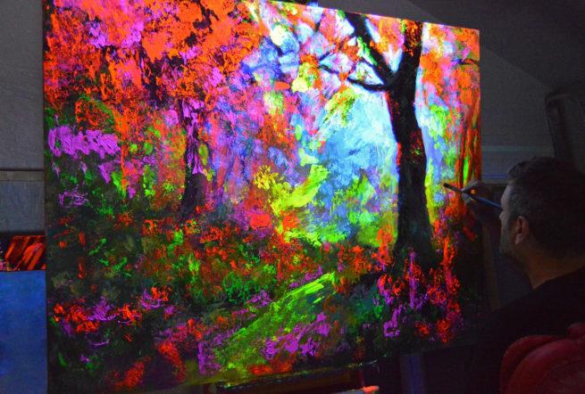 Bernal art paisaje flúor brilla en la oscuridad de bosque otoño